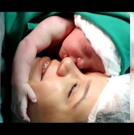 Току що родено бебе не иска да се отдели от майка си
