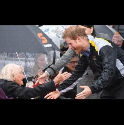 Срещата на Принц Хари и 97-годишна жена