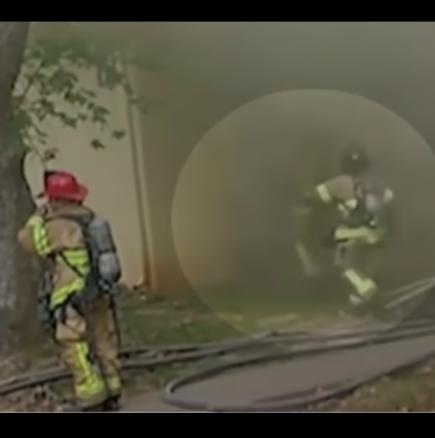 Пожарникар хвана бебе хвърлено от втория етаж