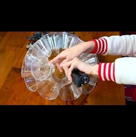 Ефектна лампа от пластмасови чашки