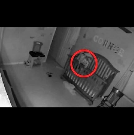 Бебе се опитва да излезе от креватчето си - кадри от скрита камера