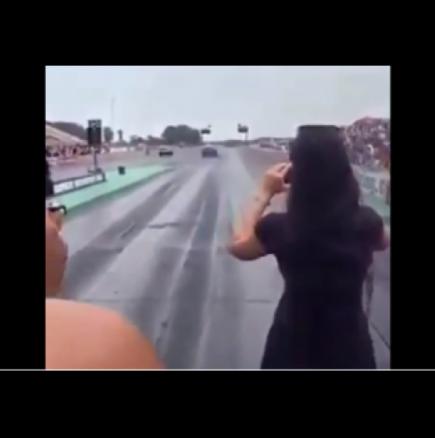 Красавица снимаше автомобилите и когато шофьорът натисна газта