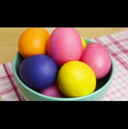 Боядисване на яйца с естествени съставки