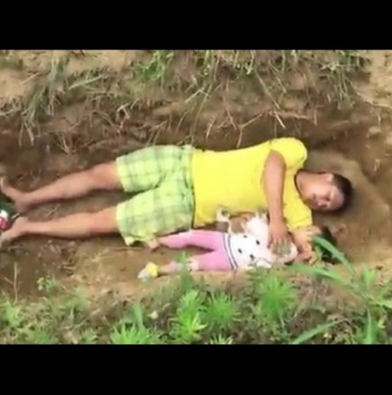 Баща изкопа гроб за дъщеря си