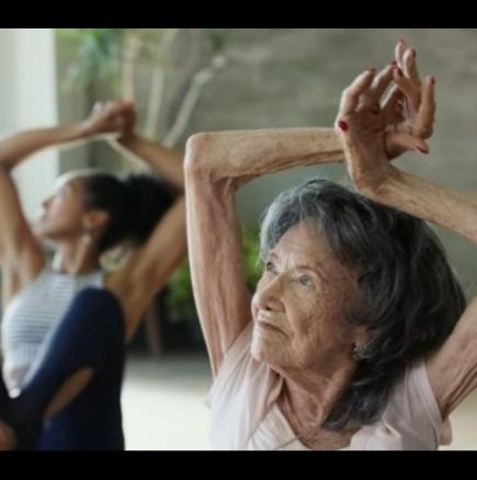 Инструкторка по йога на 98 години