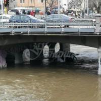 Патрулка паднала във Владайска река в София