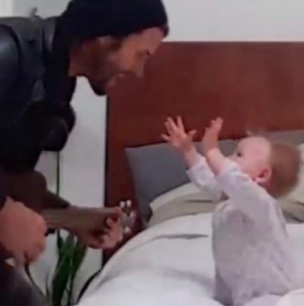 Бащата прави серенада на дъщеря си
