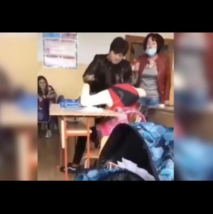 Учителка бие и обижда ученичка в клас