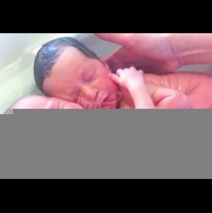 Бебета-близначета се прегръщат от раждането: