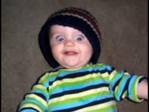 Забавно бебе държи реч
