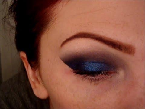 Дръзки опушени очи в синьо