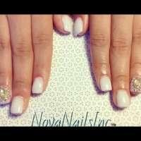 Бял лак с камъни за къси нокти