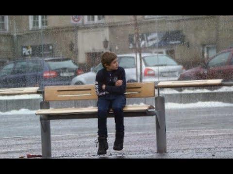 Дете премръзнало на спирката