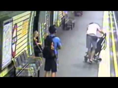 Майка спасява бебето си, което е паднало на релсите на метрото
