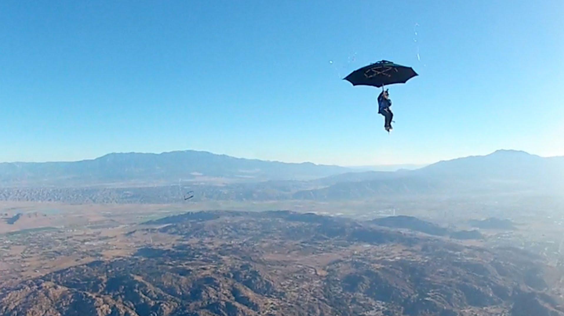 Мъж скочи с чадър от самолет