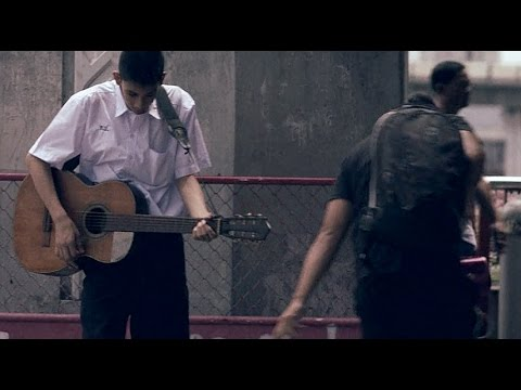 Момче свири на китара за да излекува майка си от рак