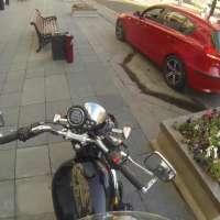 Момиче с мотор наказва шофьори които хвърлят отпадъци на улицата