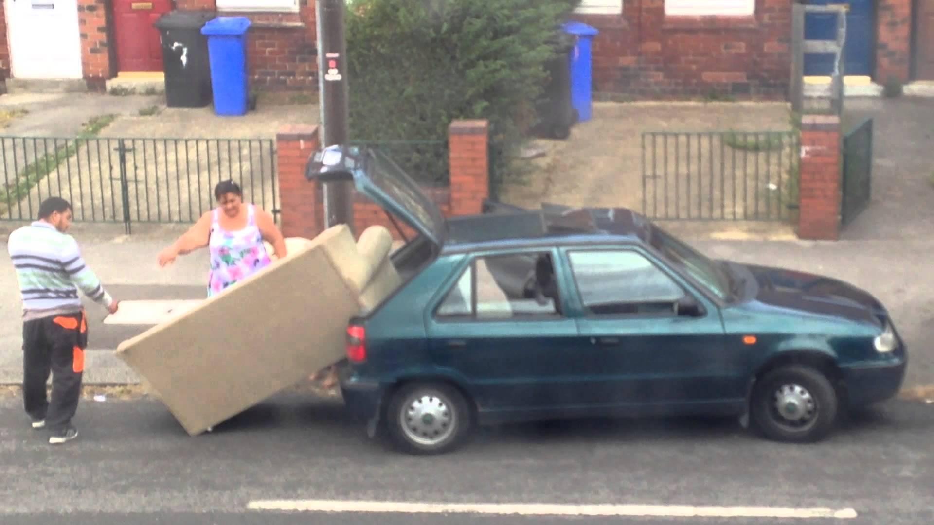 Глупави хора качват диван в кола