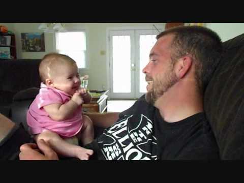 2-месечно бебе казва