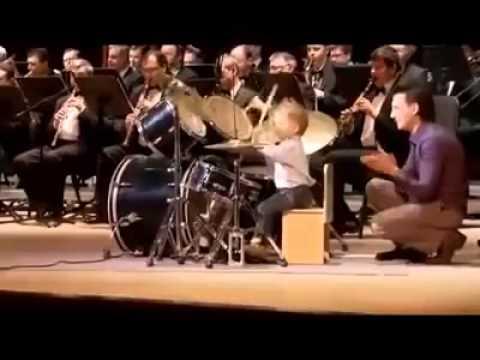 3-годишен свири на барабани