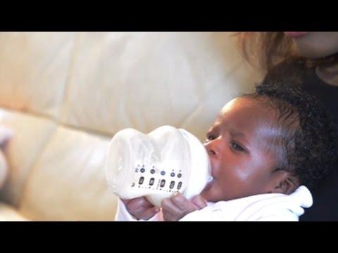 3-дневно бебе само държи шишето си с мляко