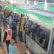 Пътници бутат влак за да спасят мъж