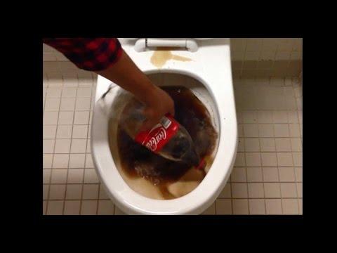 Поразителен е резултатът след като почистите тоалетната чиния с Кока-кола