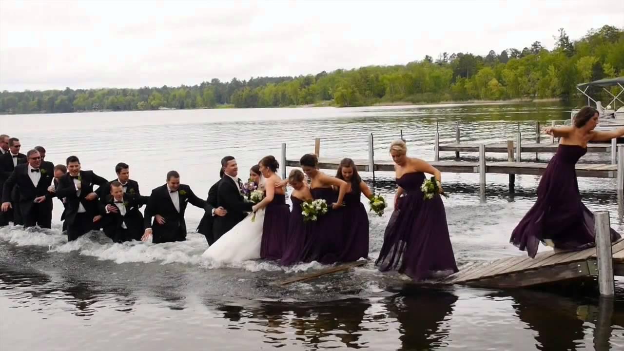 Младоженци падат във водата готови за снимка