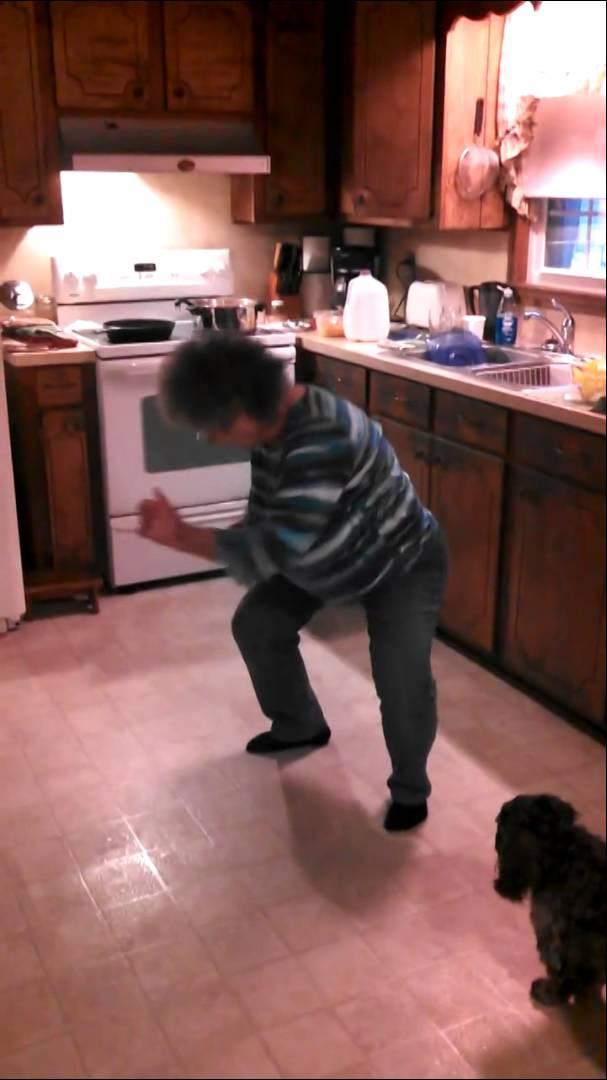 Баба танцува в кухнята