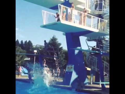 Момиче пада в басейн