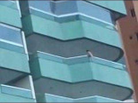 3-годишно дете виси от балкон