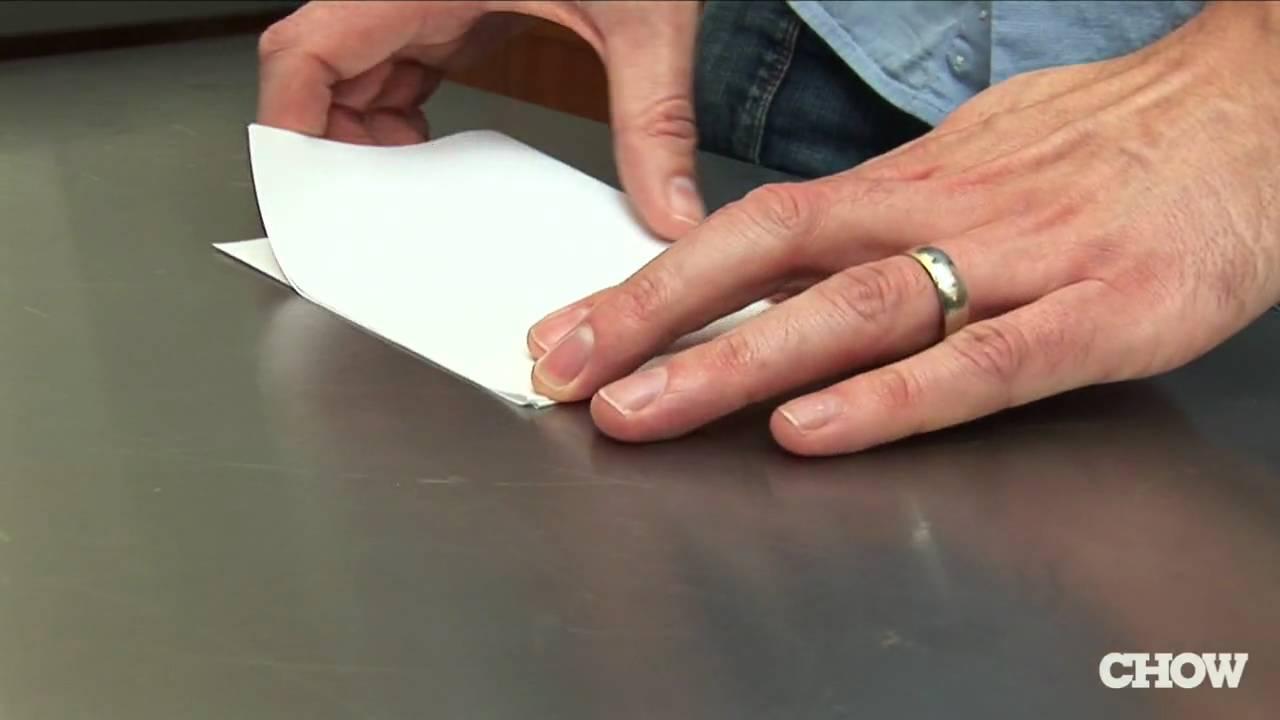 Отваряне на бира с хартия