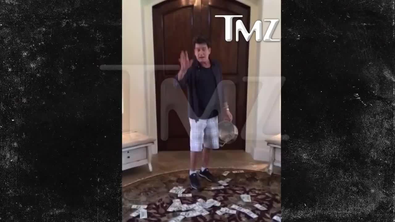 Чарли Шийн се полива със студена вода