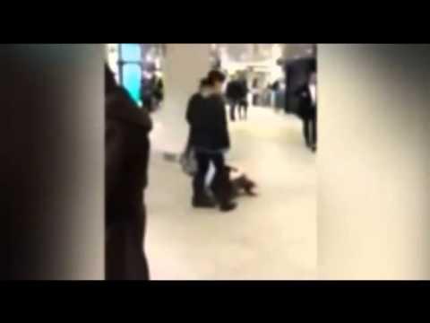 Майка удря дъщеря си с крак в главата!