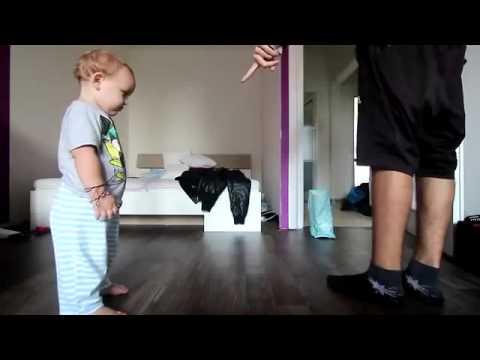 Бебе танцува брейк с татко си