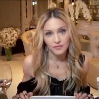 Докато Мадона дава интервю се появя зад гърба й...