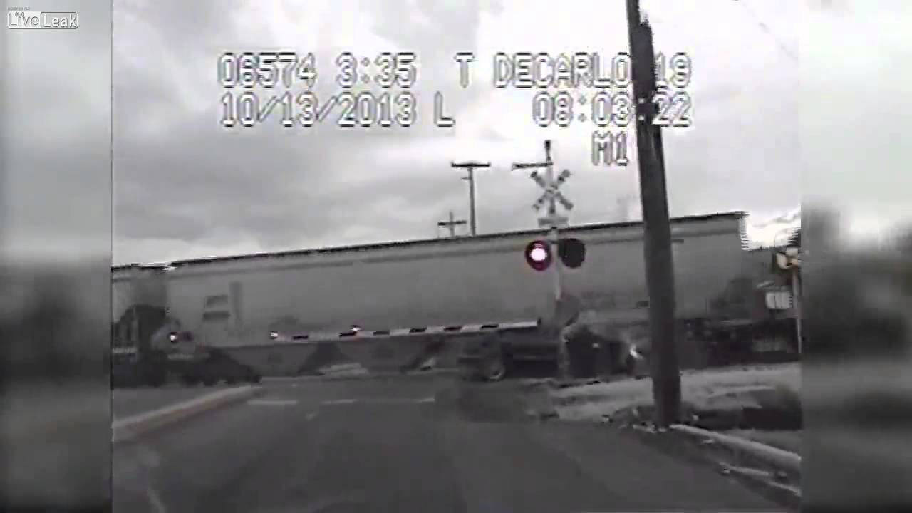 Жена в кола блъсната от два влака