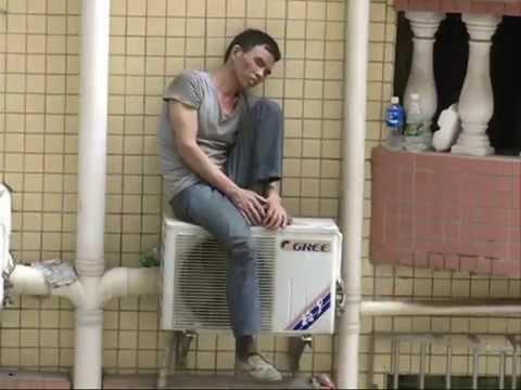 Крадец стоя върху климатик два дни