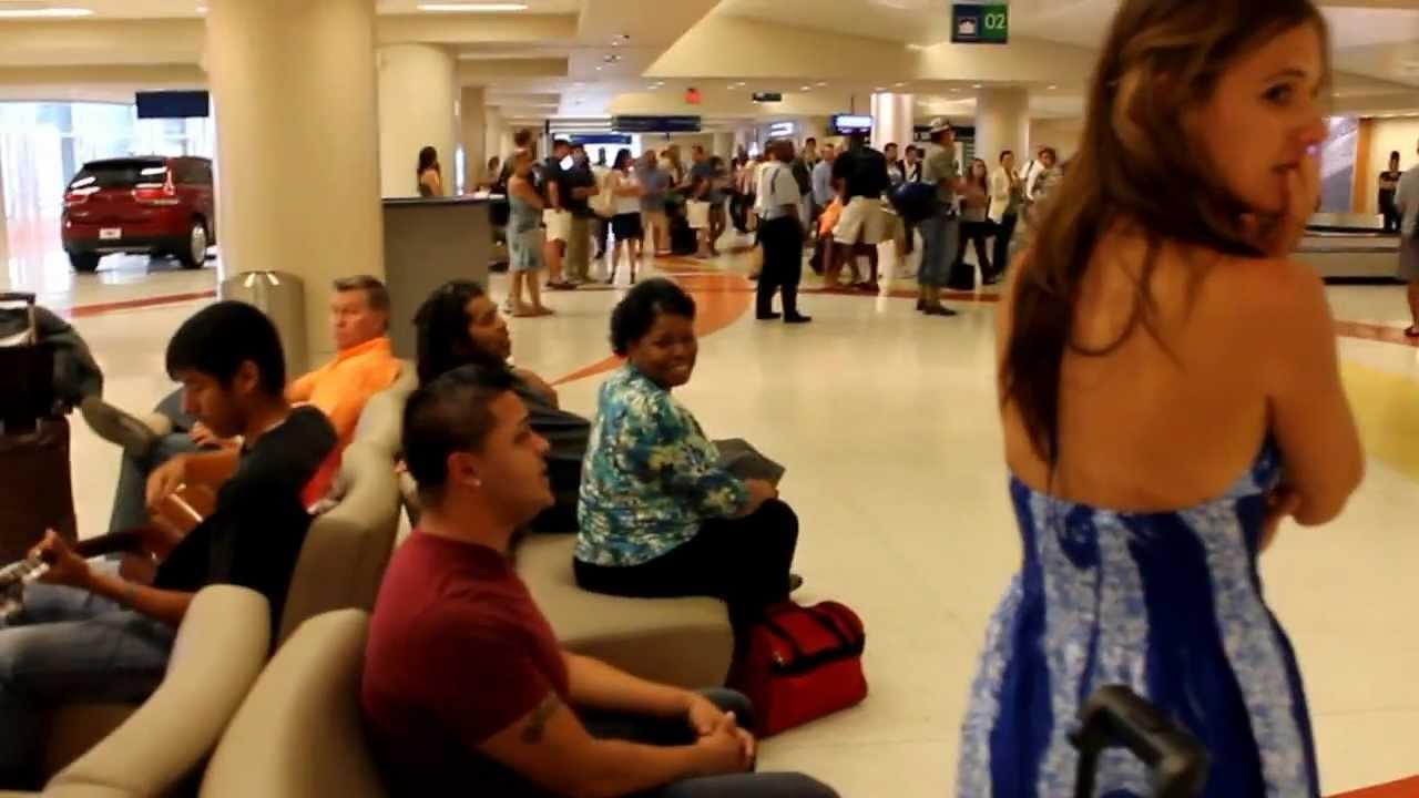 Спонтанна, романтична и красива изненада на летището