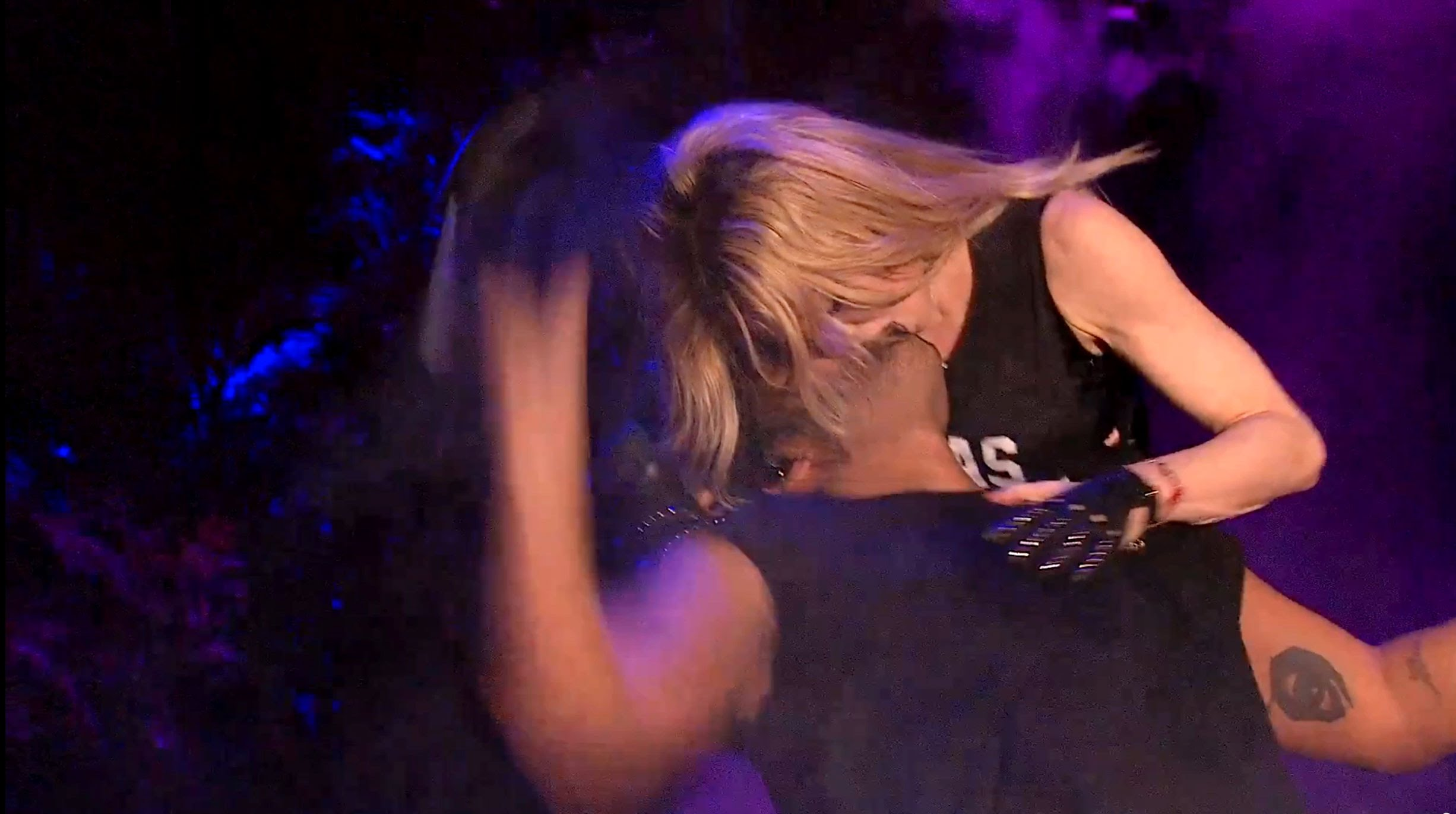 Мадона целува рапър на сцената