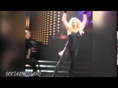 Бритни по време на концерт остана без коса