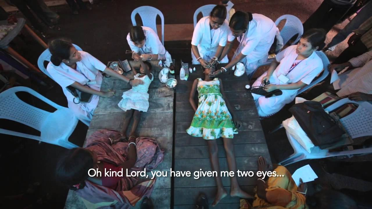 Две слепи сестрички за първи път проглеждат