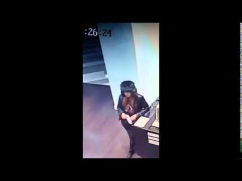 Момиче краде от магазин в мол
