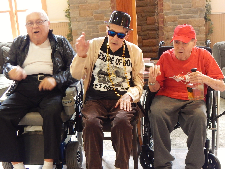 Възрастни хора се забавляват