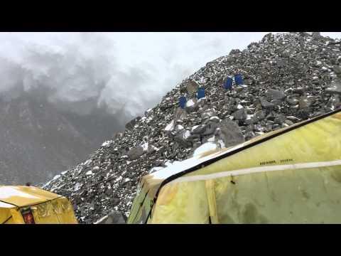 Ужасно видео с лавината на Еверест