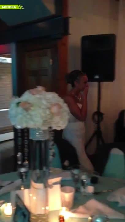 Младоженец в инвалидна кочика с трогателен жест към съпругата си