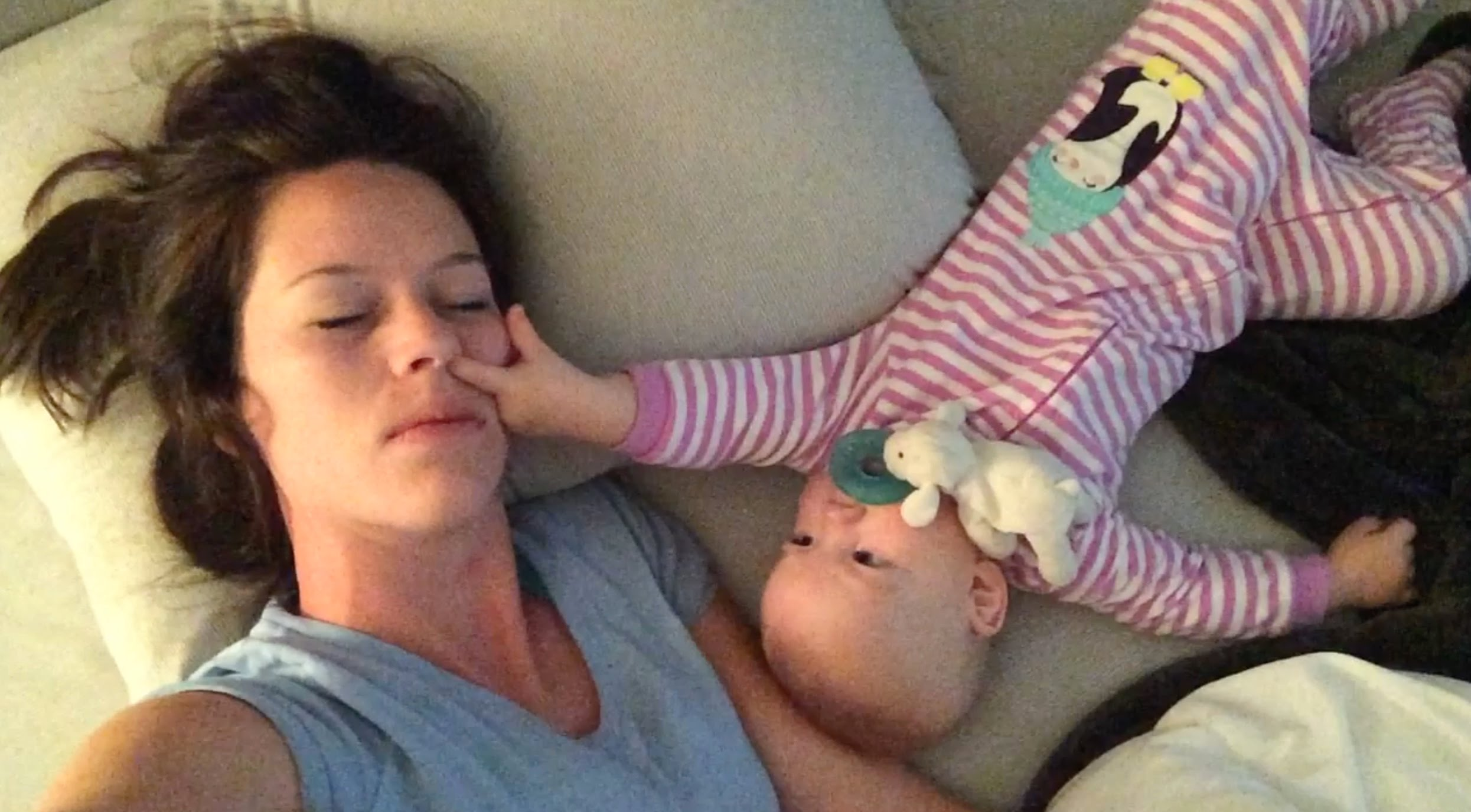 Бебе буди майка си