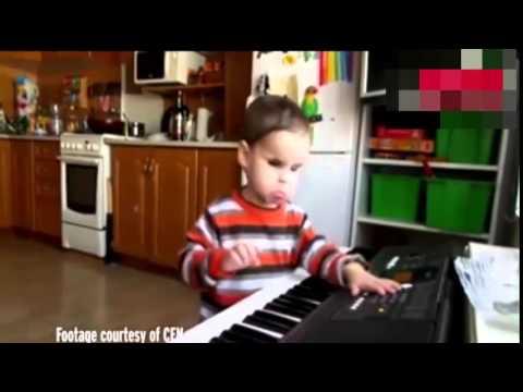 Сляпо дете на 3 години свири на пиано