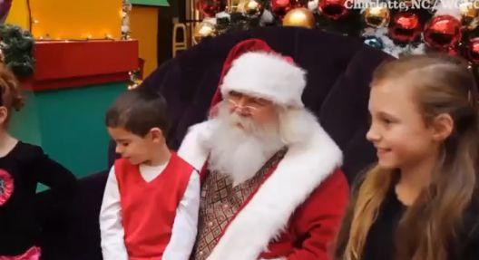 Дядо Коледа ляга на земята