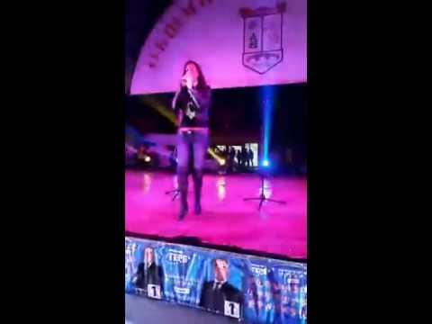 Джена пада от сцената